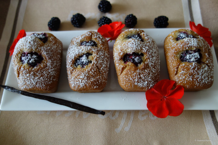 Kleine Vanillekuchen mit Brombeeren