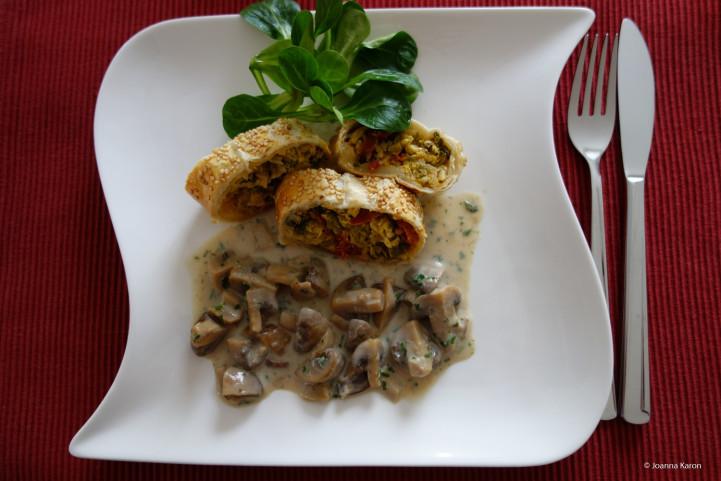 Wirsingstrudel mit Champignons-Steinpilz-Soße