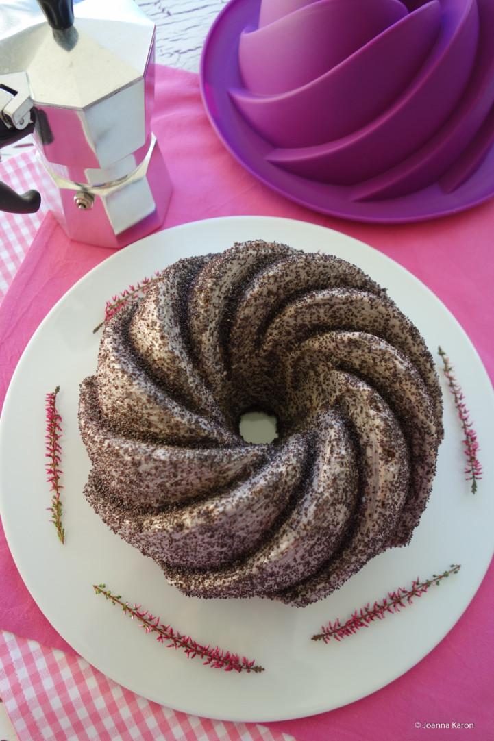 Tricolore-Gugelhupf (mit Mohn, Marzipan und Schokolade)