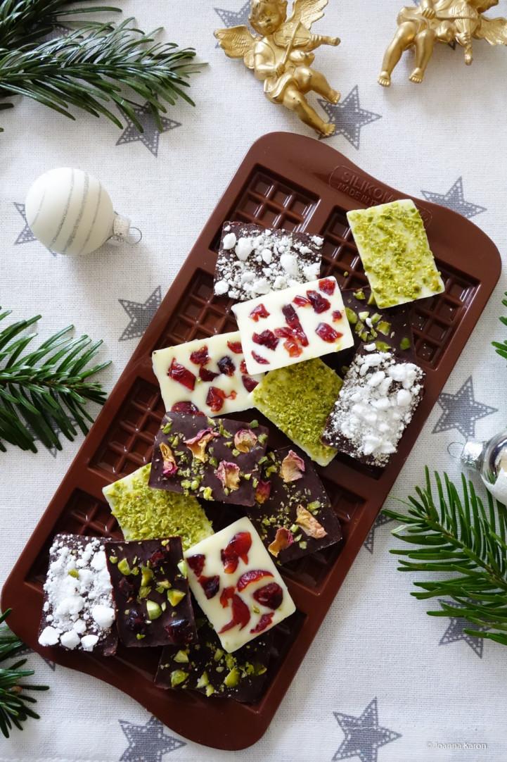 Schoko-Butterkekse und süße kleine Schokotäfelchen