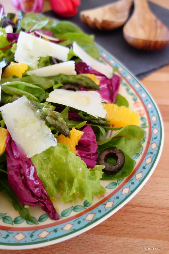 Grüner Spargel mit Parmesen auf Orangen-Oliven-Salat