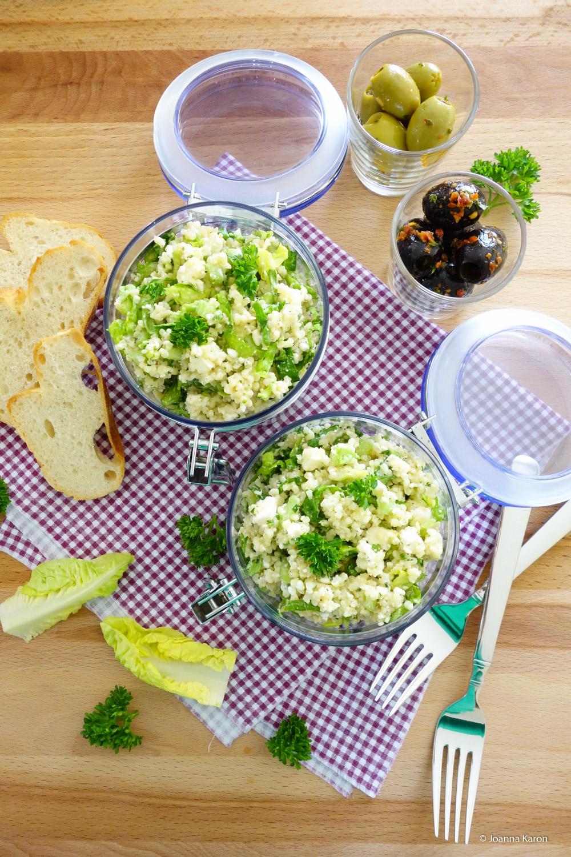 Bulgur-Salat mit Minze, Hüttenkäse, Feta und Pininekernen