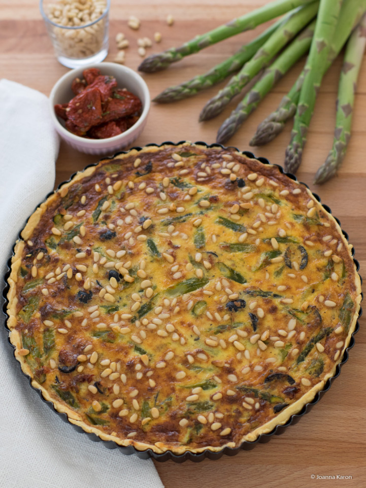 Spargeltarte mit Oliven und getrockneten Tomaten