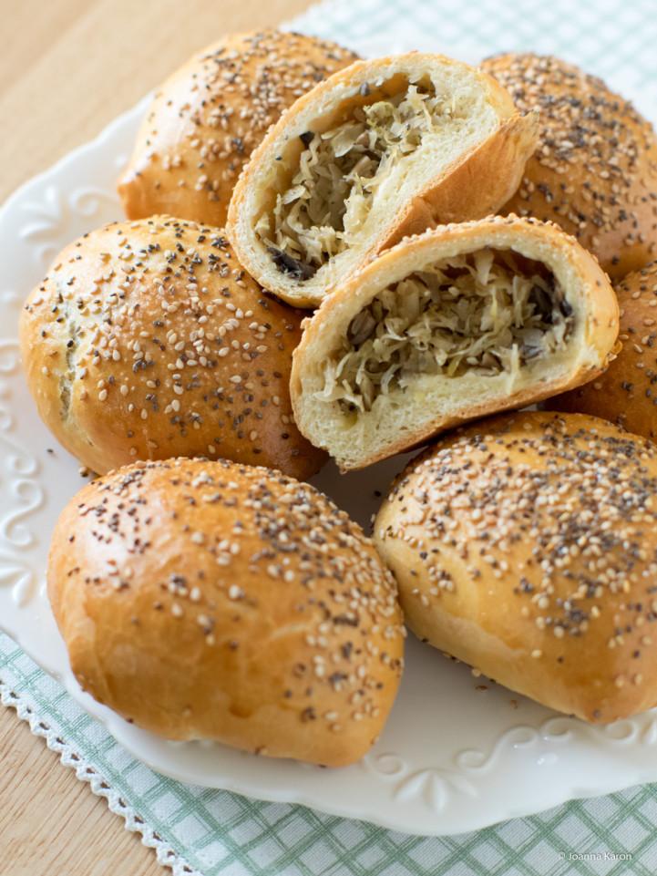 Herzhafte Brötchen mit Sauerkraut und Pilzen