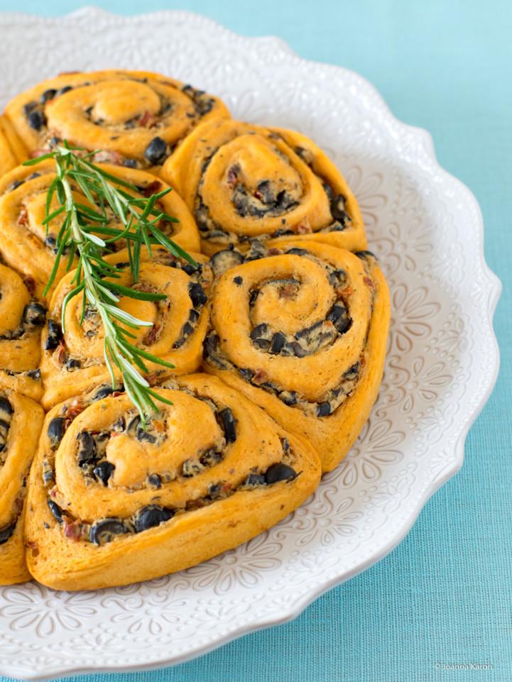Pikante Schnecken mit Ricotta, Oliven, Knoblauch und getrocknete